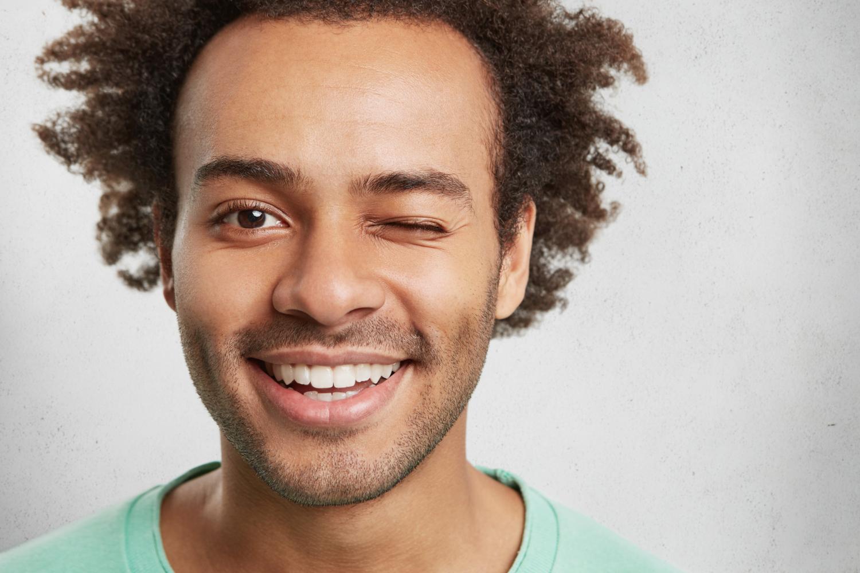 היתרונות של ציפוי שיניים על פני הלבנת שיניים